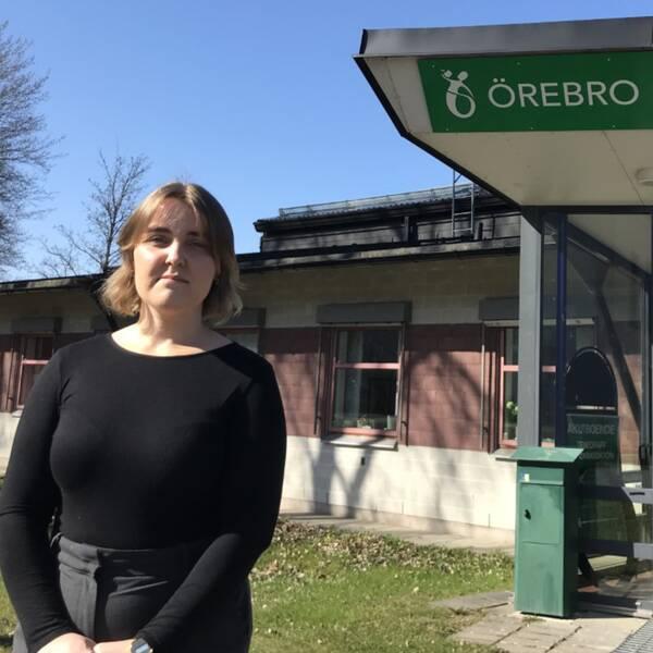 Student framför ingång till studenkåren i Örebro