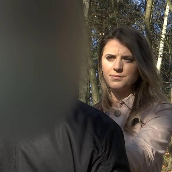 En man med blurrat ansikte som pratar med SVT:s reporter.