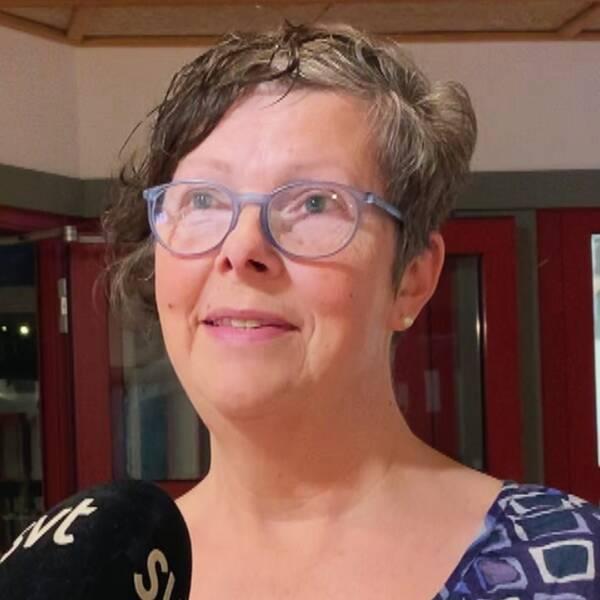 Ett fönster med lapp om att det är larmat, samt närbild på medelålders kvinna: kulturchefen Lena Krånglin