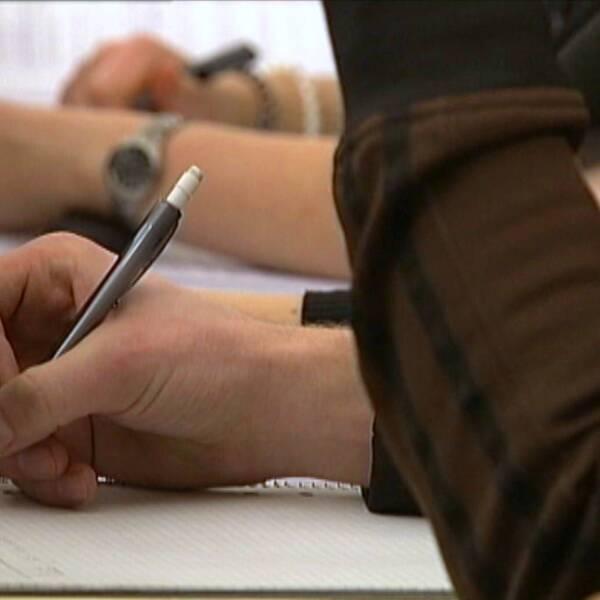 närbild på elev som skriver