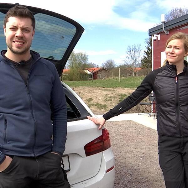 Edvin Johansson och Emma Falk framför matbutiken i Askeby