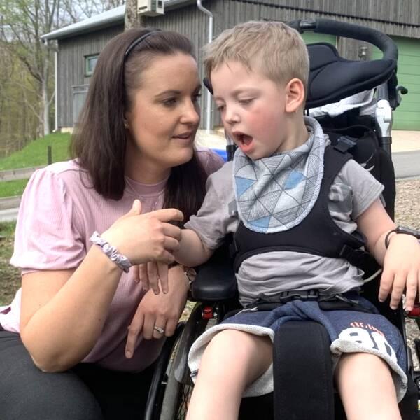 Victoria von Uckermann och hennes sexårige son Konrad, som har flera diagnoser och behöver daglig assistans.