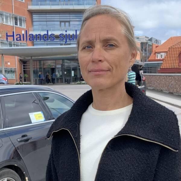Till vänster en spruta som injicerar vaccin i sig och till höger en bild på en kvinna utanför ett sjukhus i Halmstad.