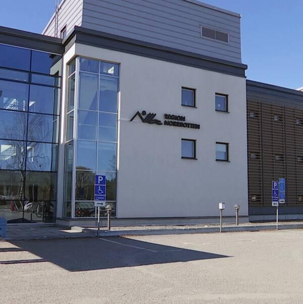 Vitt hus med texten Region Norrbotten