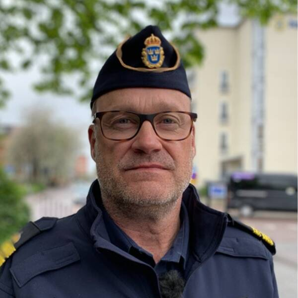 En arkivbild på en drönare samt ett porträtt på Christer Sjöqvist i uniform utanför polishuset i Eskilstuna.