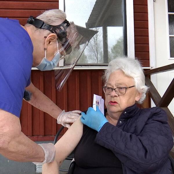 76-åriga Märta Nyhlèn Jonsson får sin andra dos vaccin.