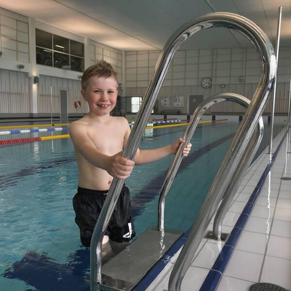 Theo Larsson på trappan till simbassäng
