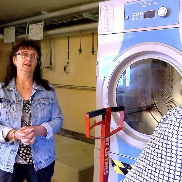 Pia Dingsten (S) diskuterar tvätten med socialnämndens ordf Boel Holgersson (S)
