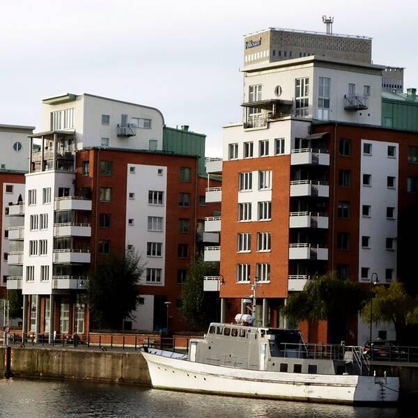 Bilder på bostäder vid en kanal.