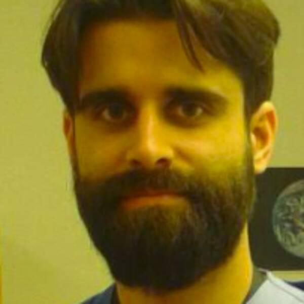 Darius Barimani, leg läkare vid Karolinska sjukhusets akutmottagning, ordförande för mobila kliniken för vård, volontär på läkare i världens klinik för papperslösa, medlem i socialistiska läkare.