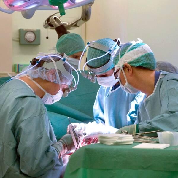 Till vänster en pågående operation, till höger en kvinna som kollar in i kameran.