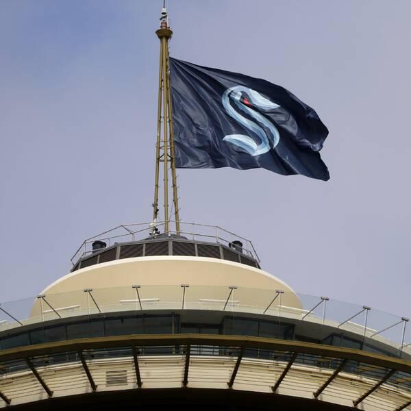 Seattle Krakens flagga på toppen av ikoniska Space Needle i Seattle.