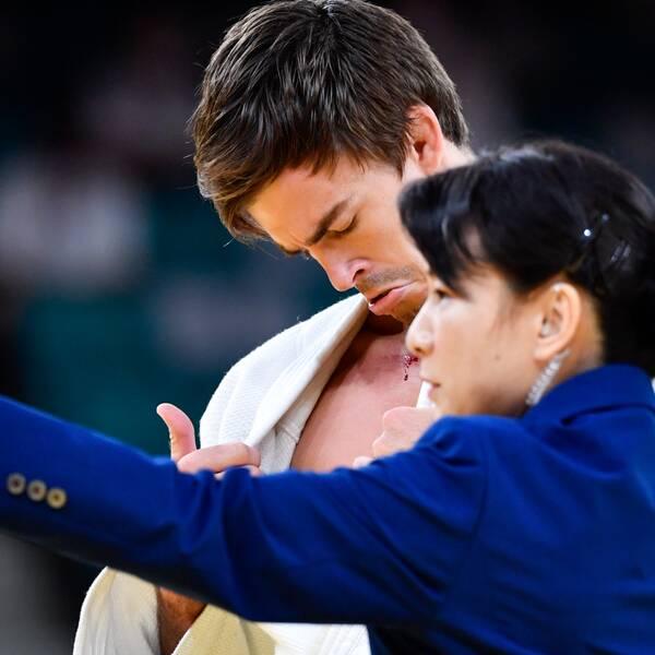 Sveriges Tommy Macias skadad och plåstras om i matchen mot Akil Gjakova, Kosovo, i judons 73-kilosklass under sommar-OS i Tokyo