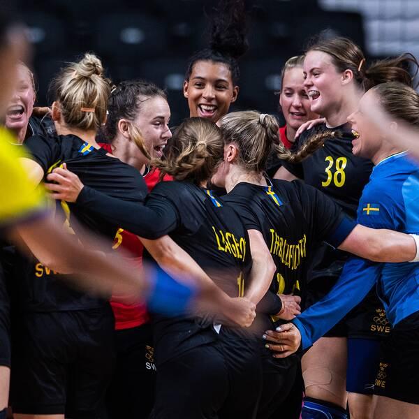 Svenskt jubel efter handbollsdamernas seger mot Brasilien.