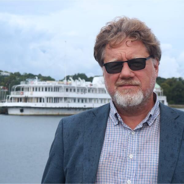 Kommunens ordförande i miljö- och samhällsbyggnadsnämnden, Magnus Larsson (C) framför Studentbåten på Hattholmen i Karlskrona.
