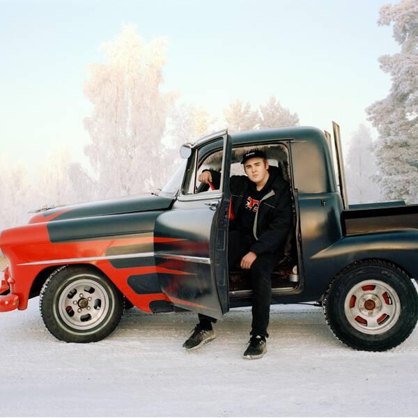 Collage: Volvo duett epatraktor i ett snöigt landskap och ett porträtt på dokumentärfotograf Benjamin Nørskov.
