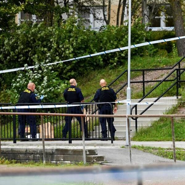 Polisens kriminaltekniker vid Källebergsskolan i Eslöv efter knivattacken mot en lärare den 19 augusti. Arkivbild.