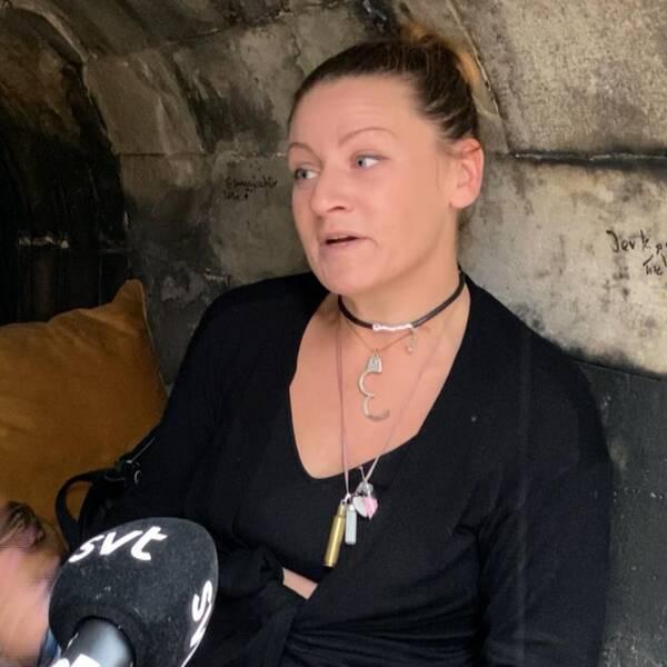 Till vänster bild på en ljusbrun hund som tittar in i kameran, till höger bild på kvinna som pratar