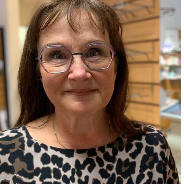 Optiker Marie Nordström med ett par skyddsglasögon.