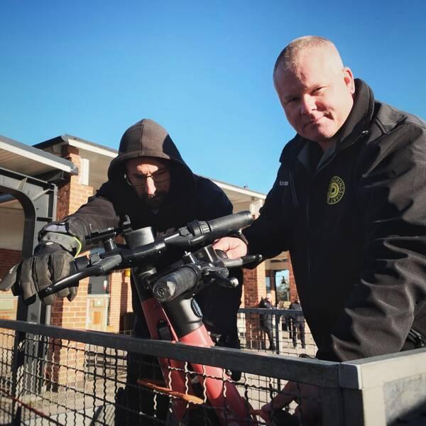 Parkeringsvakten Johan tillsammans med sin kollega Richard hittar två felparkerade elscootrar vid Linköpings resecentrum som lastas på en släpvagn.