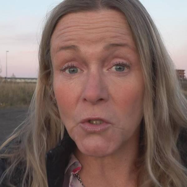 maskiner jobbar med lastning i Aitikgruvans dagbrott, samt närbild på reporter Randi Gitz – en kvinna med långt hår som pratar