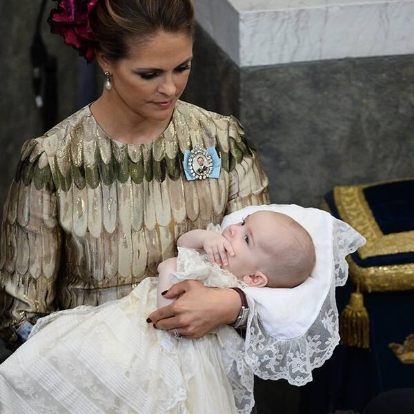 Prinessan Madeleine med prins Nicolas under dopet.