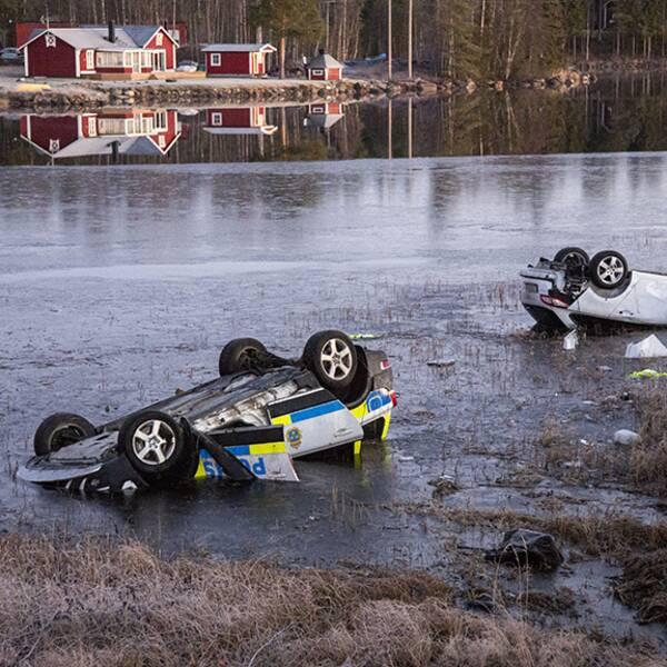 Polisbilen och den jagade bilden i vattnet efter dödsolyckan i Fredrika.