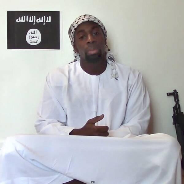 Amedy Coulibaly var en av tre terrorister som slog till i Paris i januari i år. Nu visar spaning att en fjärde person, enligt polisens teori en känd islamist, koordinerat terroristerna.