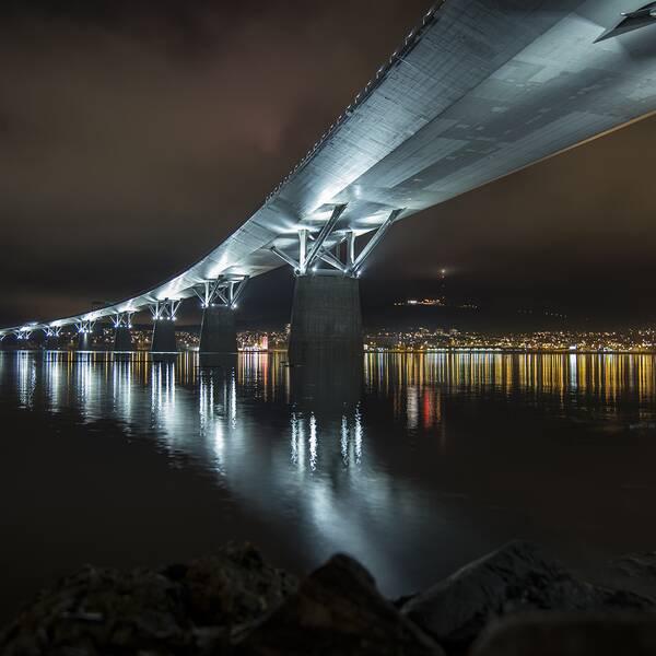 Sundsvallsbron upplyst på natten