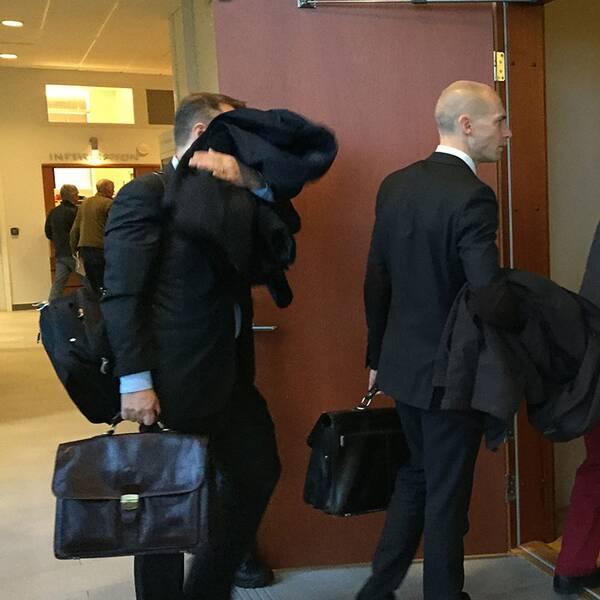 Pontus Pålsson (sist i kön) är på väg in till rättegången.