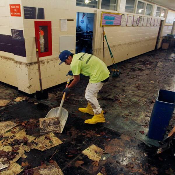 Renhållningsarbetare städar upp efter stormen Sandys förödelse i New Jersey.