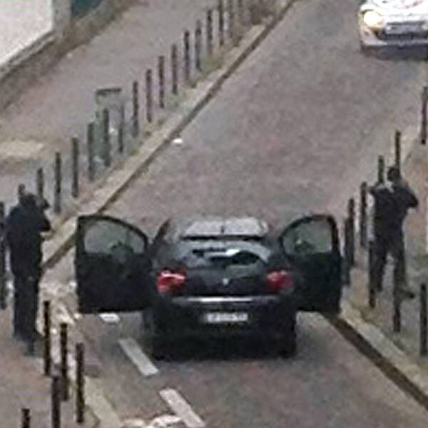 """På förmiddagen den 7 januari 2014 kliver två beväpnade män in på satirtidningen Charlie Hebdos redaktion på Rue Nicolas-Appert i Paris och skjuter ihjäl flera av tidningens medarbetare. Under attacken ska gärningsmännen ha skrikit """"Vi har hämnats profeten"""". Efter flykten från redaktionen skjuter de även en polisman som försöker hindra dem från att lämna platsen."""