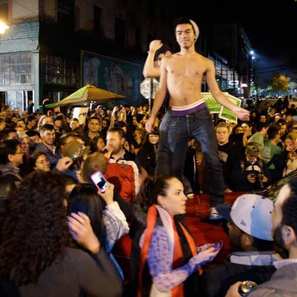 Unga Obama-anhängare samlas på gatorna för att stödja sin kandidat.