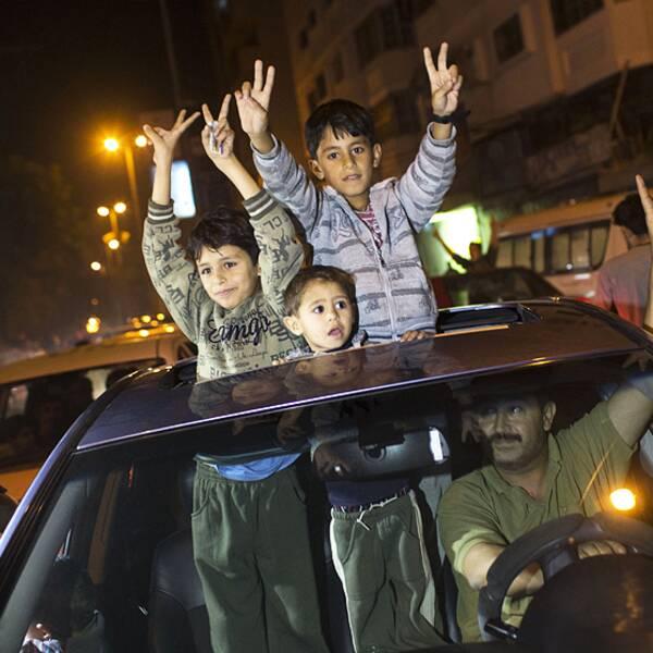 Palestinier firar beskedet om vapenvilan mellan Hamas och Israel på gatorna i Gaza.
