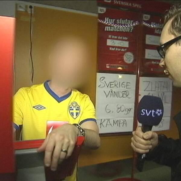 Här är ett av Svenska Spels ombud på Friends Arena som tog emot spel av minderåriga under premiärmatchen.