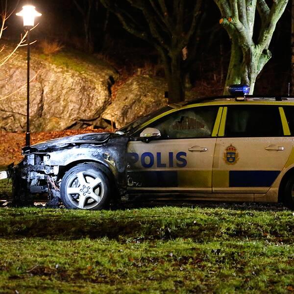 Ppolisbil sattes i brand i Östberga i södra Stockholm.