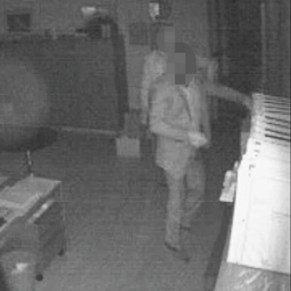 Bilder från hotellets övervakningskamera visar kostymrånarna.
