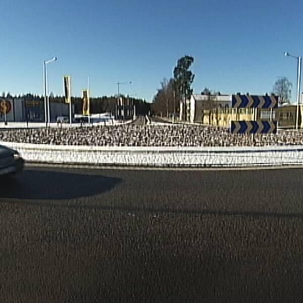 Bil i rondell i Laxå
