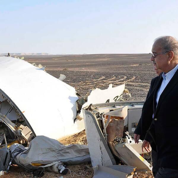 Premiärminsiter Sherif Ismail inspekterar vrakdelar.