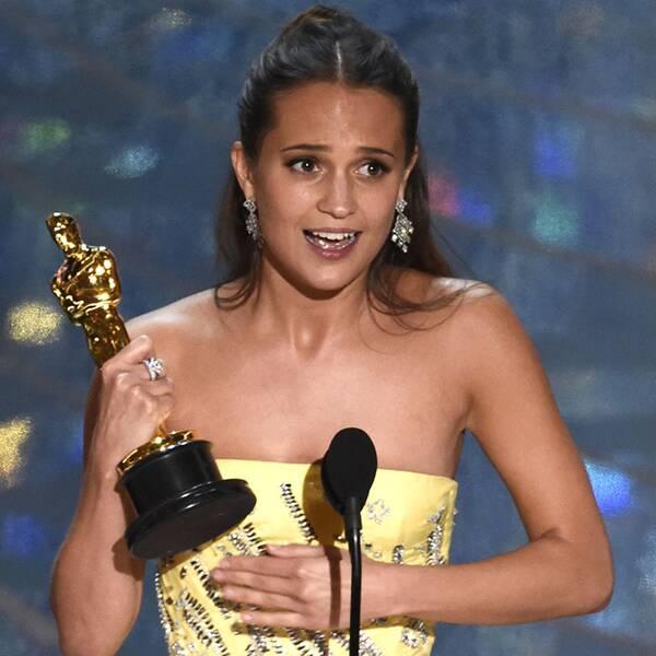 Alicia Vikander med sin Oscar för bästa kvinnliga biroll.