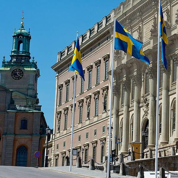 Statsminister Stefan Löfven, överhovmästarinna Kristine von Blixen-Finecke, riksmarskalk Svante Lindqvist och riksdagens talman Urban Ahlin är de som närvarar vid konseljen på Slottet.
