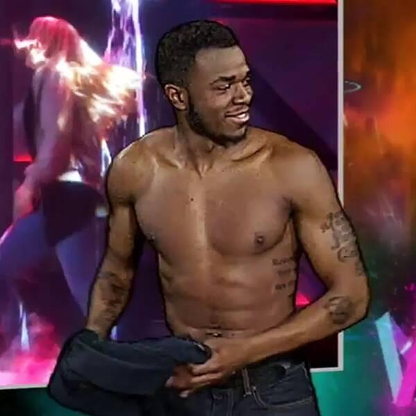 """I den teckentolkade sändningen av Melodifestivalens final valde Romel Belcher, synkroniserad med badpojkarnas Samir & Viktor, att slänga av sig tröjan och dansa och tolka vidare slutet av låten """"Bada nakna"""" barbringad."""