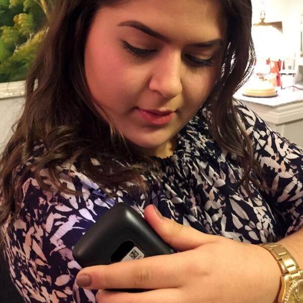 15-åriga Maria har diabetes typ 1 och mäter sitt blodsocker.