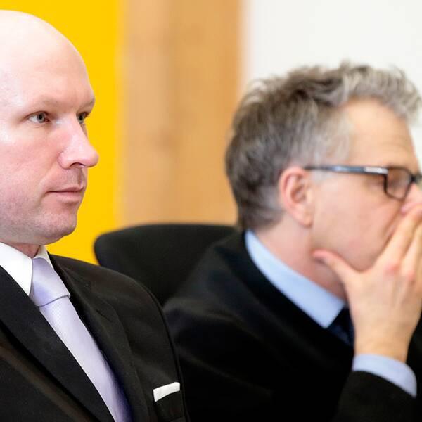 Anders Behring Breivik satt tillsammans med sin försvarare, advokaten Öystein Storrvik.