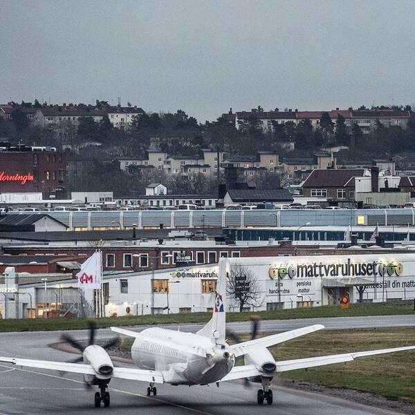 Flygplan på bana på Bromma.