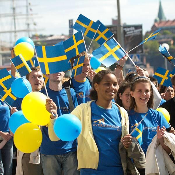 Svenskar i parad på nationaldagen
