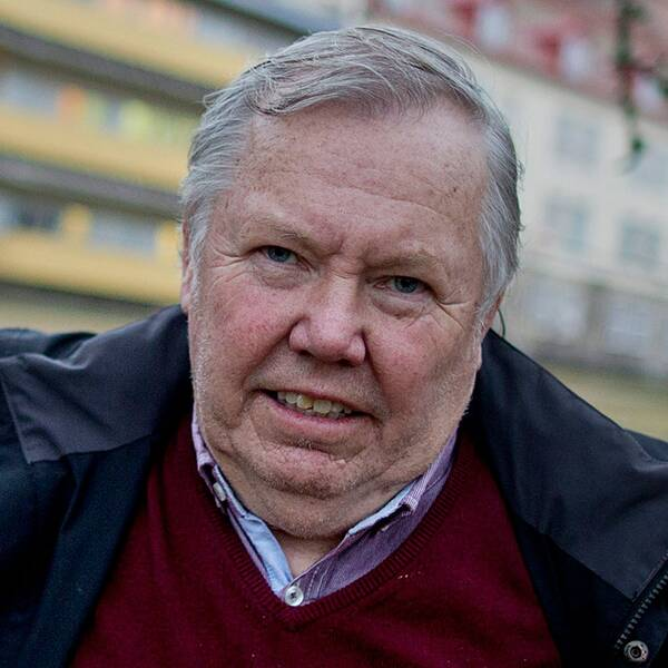 Efter att ha jämfört företagaren Bert Karlsson med medlemmar ur en högerextrem organisation, har nu bostadsministerns pressekreterare Hakim Belarbi belagts med munkavle.