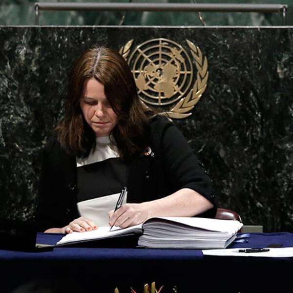 Sveriges miljöminister Åsa Romson (MP) skriver under avtalet.