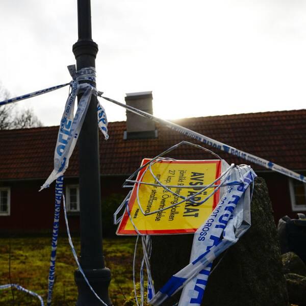 Kvinnan hölls inspärrad på en fastighet i nordöstra Skåne. Till höger en av de masker som polisen fann i hans hem.