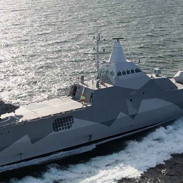 Helikopter landar på korvetten Visby.